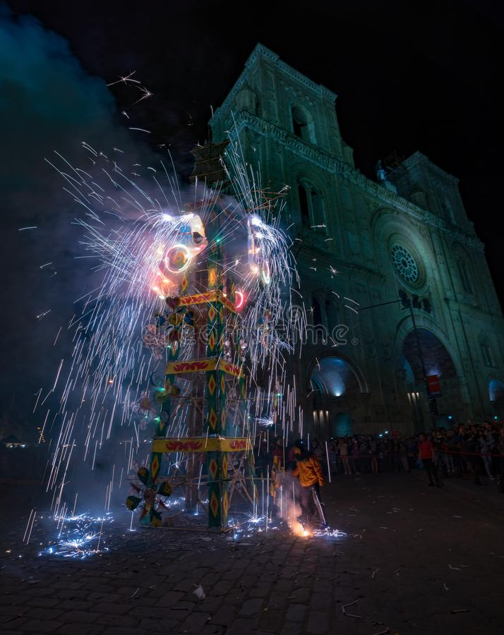 Cuenca, Ecuador/1° giugno 2018: Un castello dei fuochi d'artificio è infornato nella f fotografia stock libera da diritti