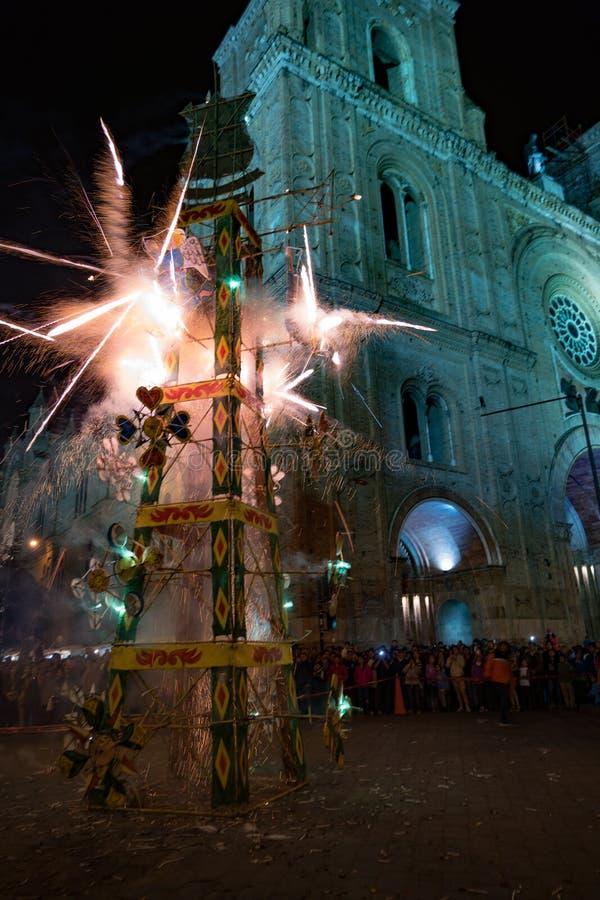 Cuenca, Ecuador/1° giugno 2018: Un castello dei fuochi d'artificio è infornato nella f fotografie stock