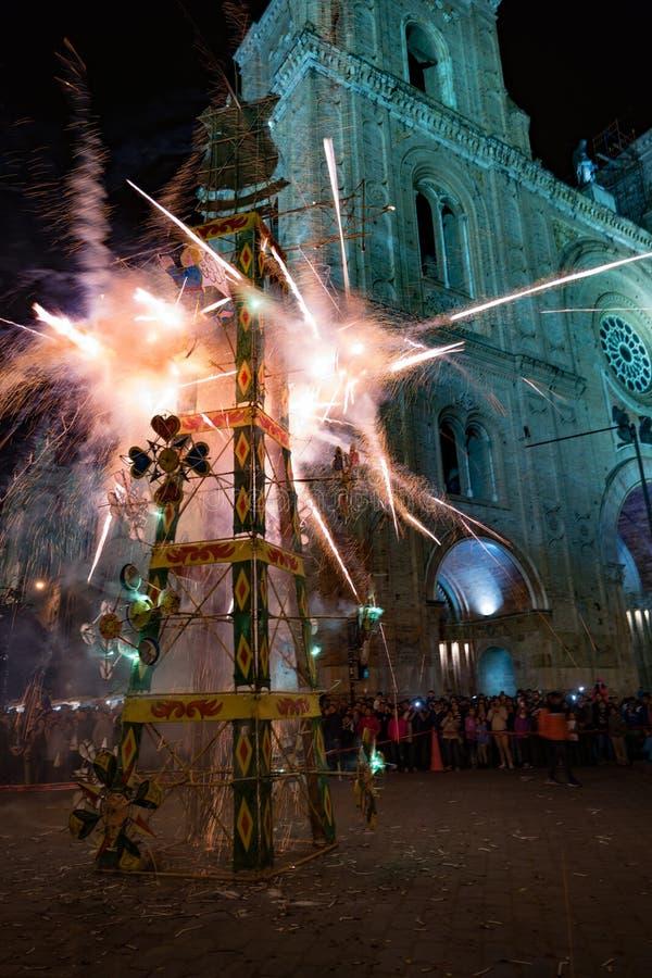 Cuenca, Ecuador/1° giugno 2018: Un castello dei fuochi d'artificio è infornato nella f fotografia stock