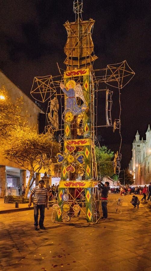 Cuenca, Ecuador - 1 de junio de 2018: Se está instalando un castillo de fuegos artificiales para el espectáculo de esta noche imagenes de archivo