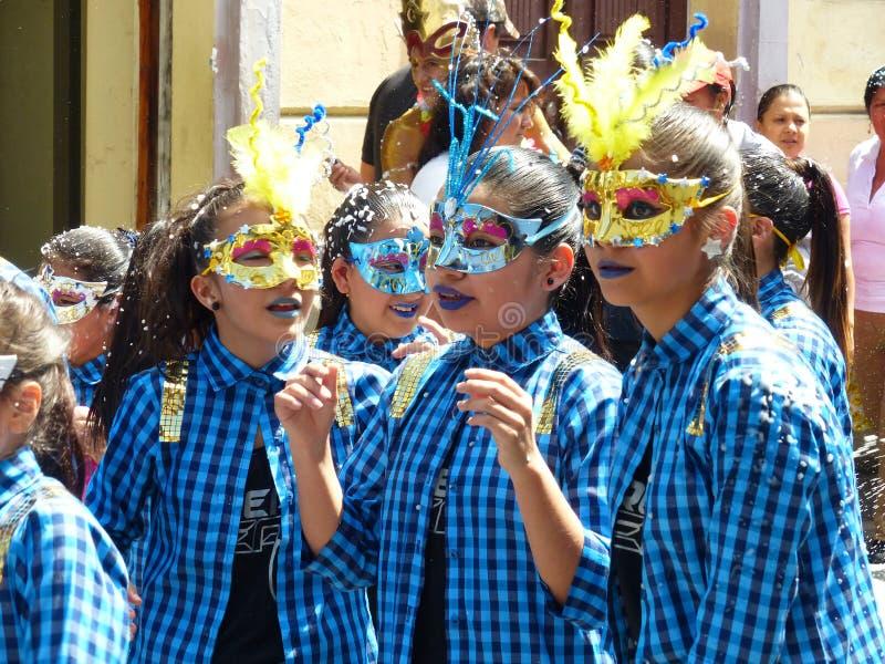 Cuenca, Ecuador Desfile durante carnaval Muchachas que desgastan máscaras imágenes de archivo libres de regalías