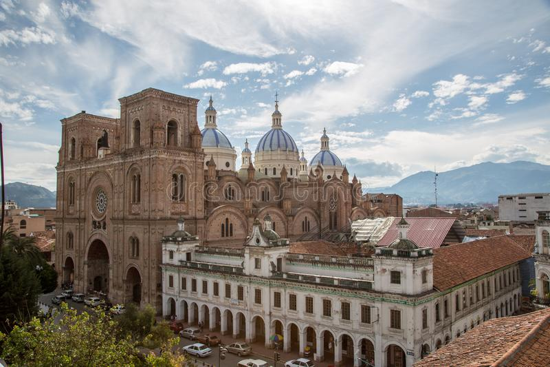 Cuenca, Ecuador/am 2. Dezember 2012: Erhöhte Ansicht der neuen Kathedrale lizenzfreies stockfoto