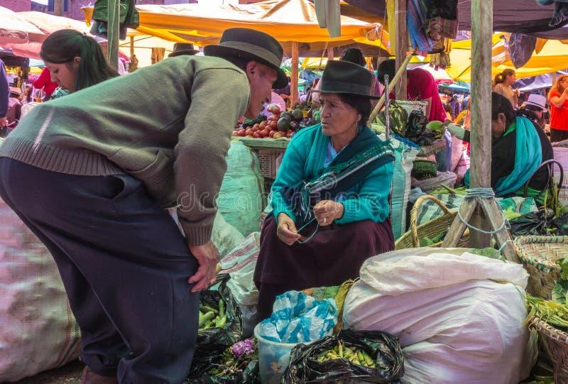 Cuenca, Ecuador/30 dicembre 2012: Colloqui dell'uomo alla donna riluttante fotografia stock libera da diritti