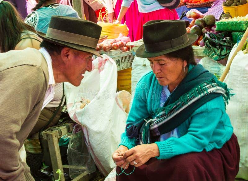 Cuenca, Ecuador/30 dicembre 2012: Colloqui dell'uomo alla donna riluttante fotografia stock