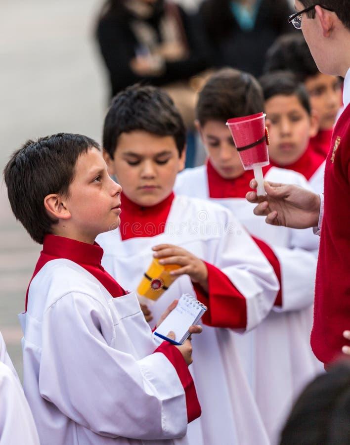 Cuenca, Ecuador/4 giugno 2015 - apprendista cattolico del sacerdote del vicario immagine stock