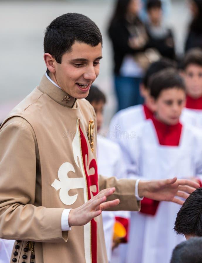 Cuenca, Ecuador/4 giugno 2015 - apprendista cattolico del sacerdote del vicario fotografia stock libera da diritti
