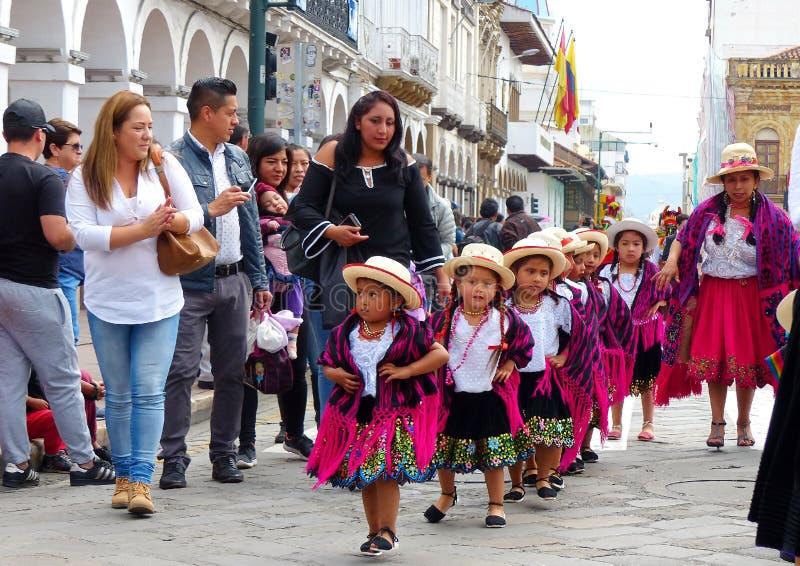 cuenca ecuador Gruppen av iklädda färgrika dräkter för flickadansare som cuencanas på ståtar royaltyfria bilder