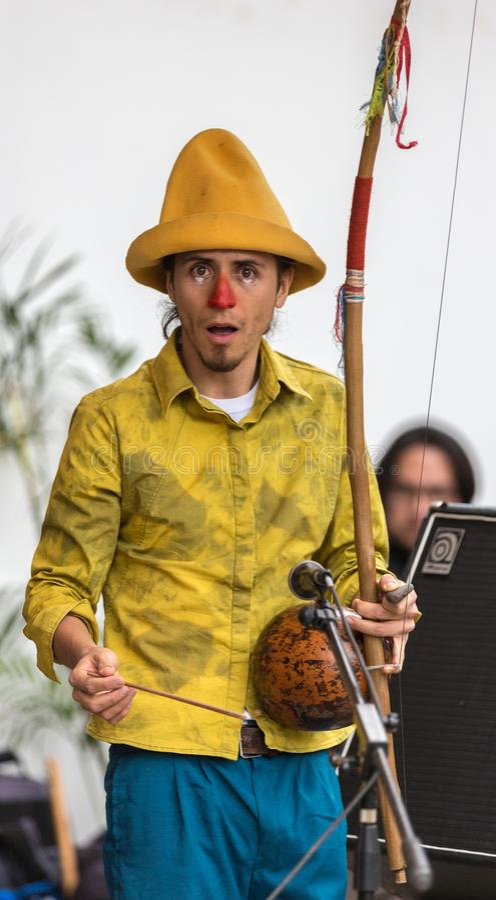 Cuenca, Ecuador/Juni 21, 2014: Clown in geel kostuum royalty-vrije stock foto's