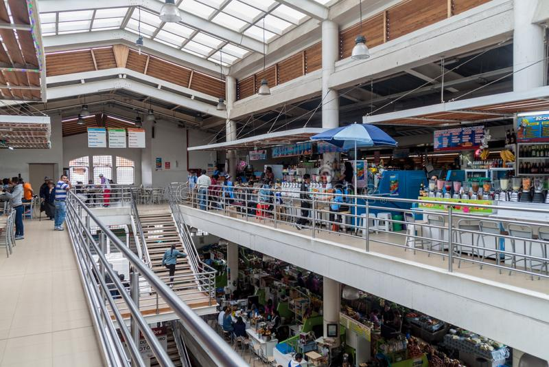 CUENCA ECUADOR - JUNI 19, 2015: Inre av marknaden i Cuenca, Ecuad arkivfoton
