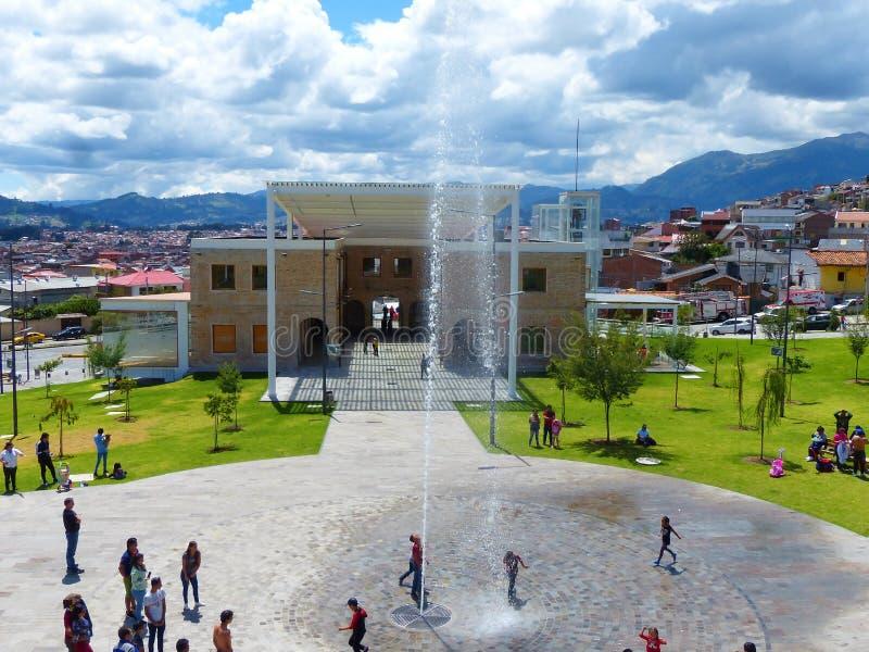 Cuenca, Ecuador Libertad del parque de Libertad del parque en el día soleado foto de archivo libre de regalías