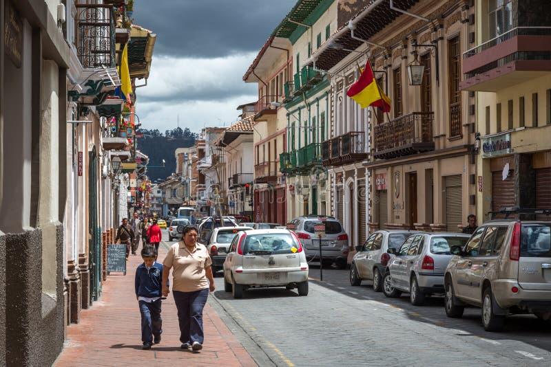 Cuenca Ecuador - lokalt folk som omkring går i en dag för blå himmel i den gamla staden i Cuenca, Ecuador, södra Ameri royaltyfria foton
