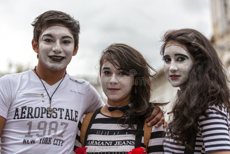 Cuenca Ecuador/Maj 10, 2014: Tonåringar som kläs som fars royaltyfri bild