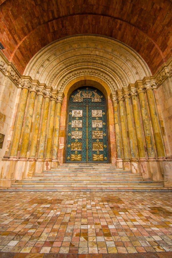 Cuenca Ekwador, Kwiecień, - 22, 2015: Stary ciężko szczegółowy dekorujący buduje w drzwi zakłada na głównym katedralnym budynku zdjęcia royalty free