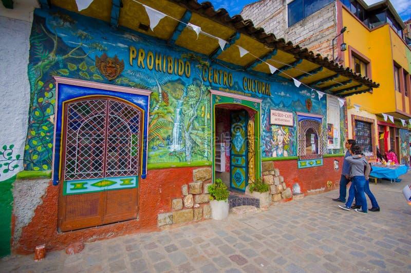 Cuenca, Equador - 22 de abril de 2015: Construção cultural do museu e do café, condomínio pequeno muito colorido fotografia de stock royalty free
