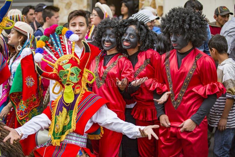 Cuenca, Equador/24 de dezembro de 2015 - homens novos em trajes da cara preta para a parada imagens de stock