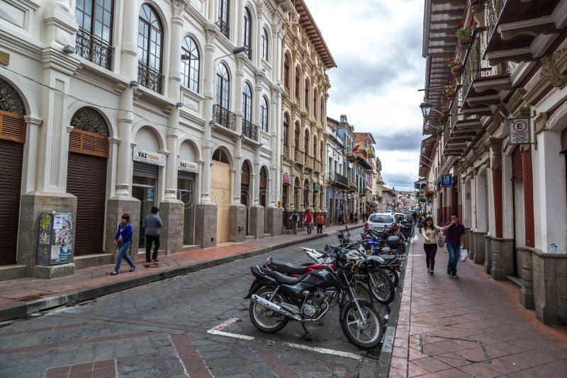 Cuenca, Equador - pessoa local que anda ao redor em um dia do céu azul na cidade velha em Cuenca, Equador, Ameri sul imagens de stock