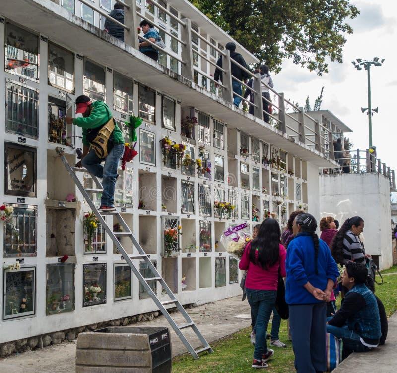 Cuenca, Equateur/le 1er novembre 2015 - les gens entretiennent une tombe dans a photo stock