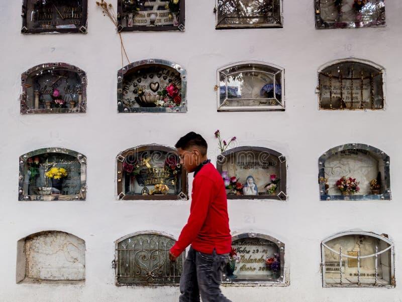 Cuenca, Equateur/le 1er novembre 2015 - un garçon marche après un mur de g image stock