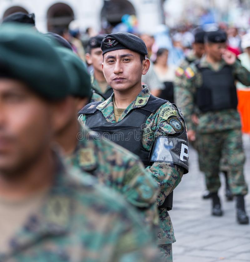 Cuenca, Equateur/le 6 janvier 2013 : La police militaire aide à garder l'ordre photographie stock