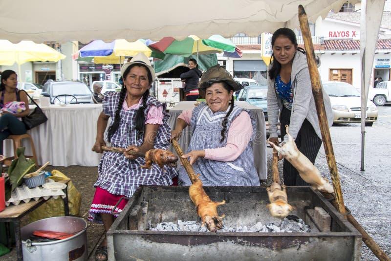 Cuenca, Equateur/le 13 mars 2016 - BBQ de trois femmes cuy pour le déjeuner photos libres de droits