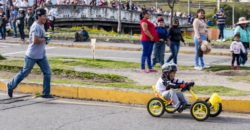 Cuenca, Equateur - 3 novembre 2015 - Les adolescents font la course à leur voiture de boîte à savon maison photographie stock