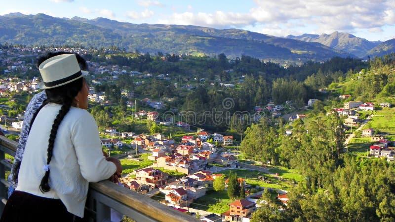 Cuencana da mulher que olha a cidade Cuenca, Equador Parque da luz ou do Megaparque de la Luz fotografia de stock