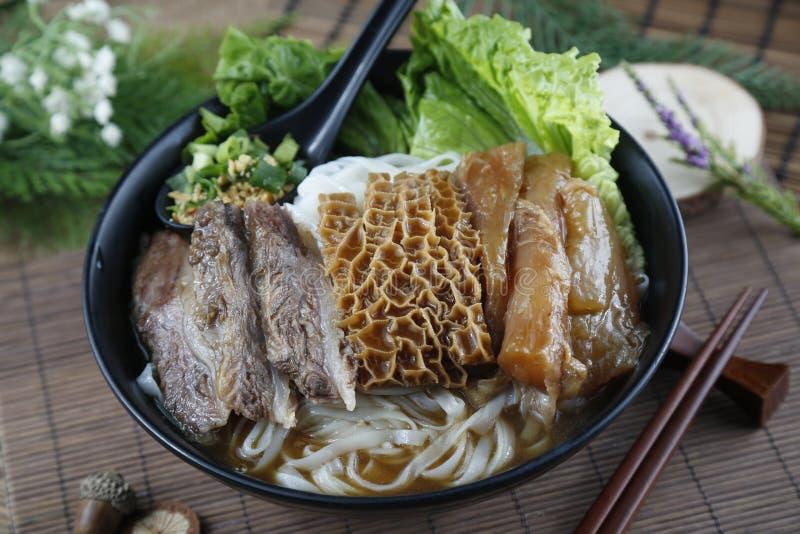 Cuenco chino de tallarines de fideos con la carne de vaca frita, cow& x27; estómago de s fotos de archivo libres de regalías