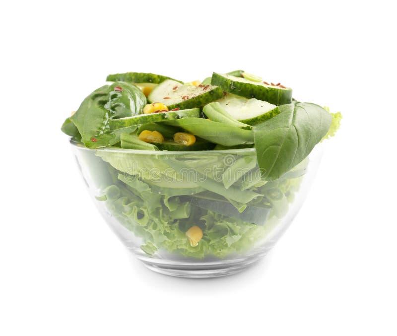 Cuenco con la ensalada de las verduras frescas en el fondo blanco imagen de archivo libre de regalías