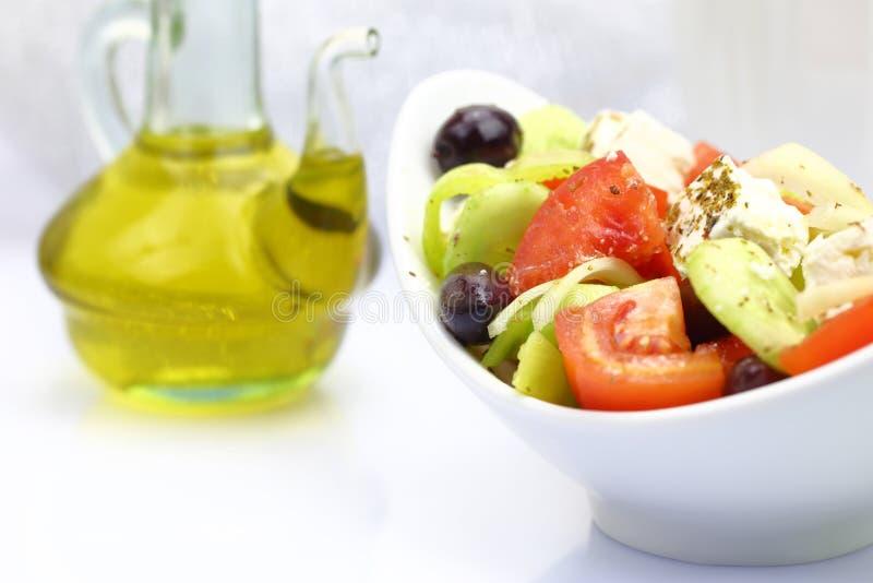 Cuenco con la ensalada y el aceite de oliva frescos foto de archivo libre de regalías
