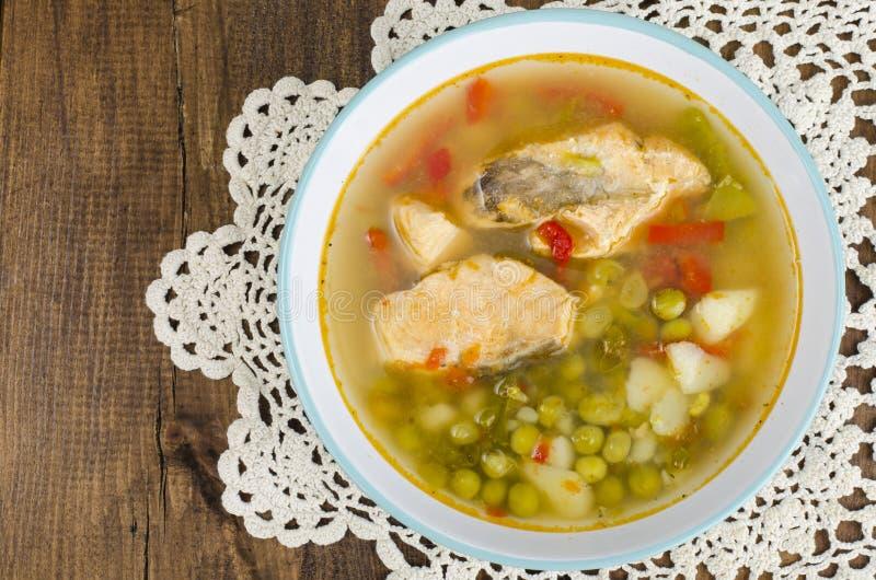 Cuenco con la sopa de color salmón y los veggies frescos fotografía de archivo