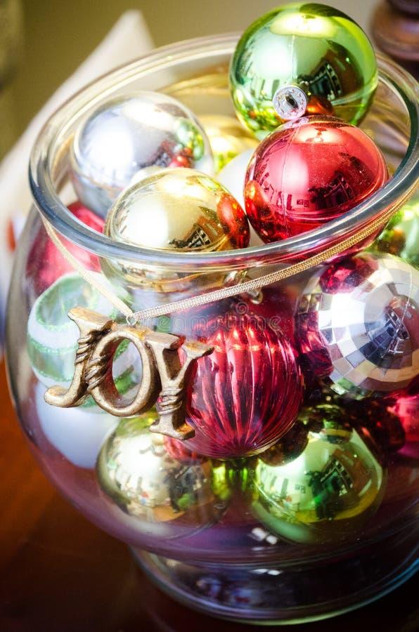 Cuenco con las decoraciones del árbol de navidad foto de archivo libre de regalías