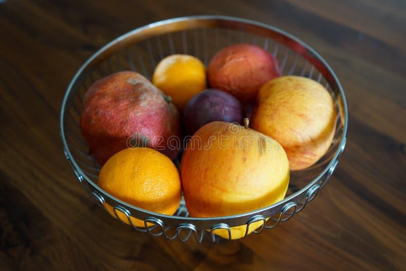 Cuenco con las frutas, en la tabla de madera oscura fotografía de archivo libre de regalías