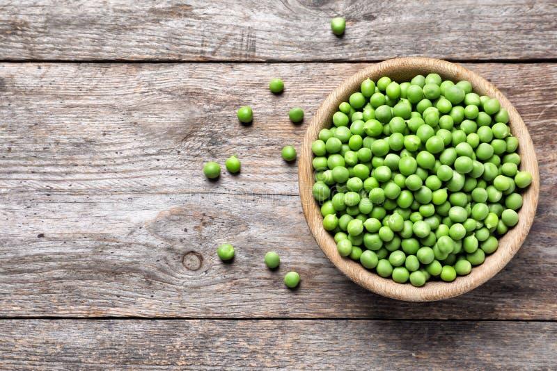 Cuenco con los guisantes verdes frescos deliciosos fotografía de archivo libre de regalías