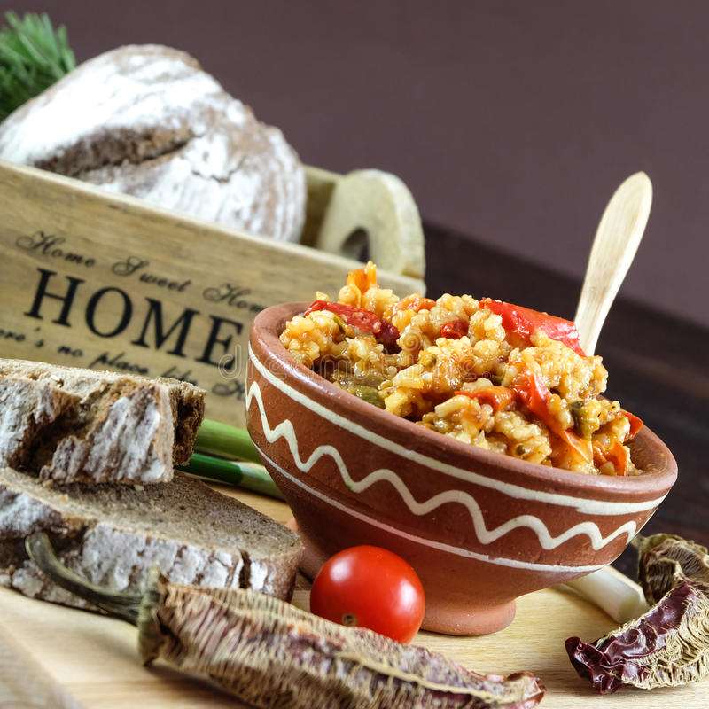 Cuenco de arroz cocinado con las pimientas rojas y de serverd del curry con pan de centeno imagenes de archivo