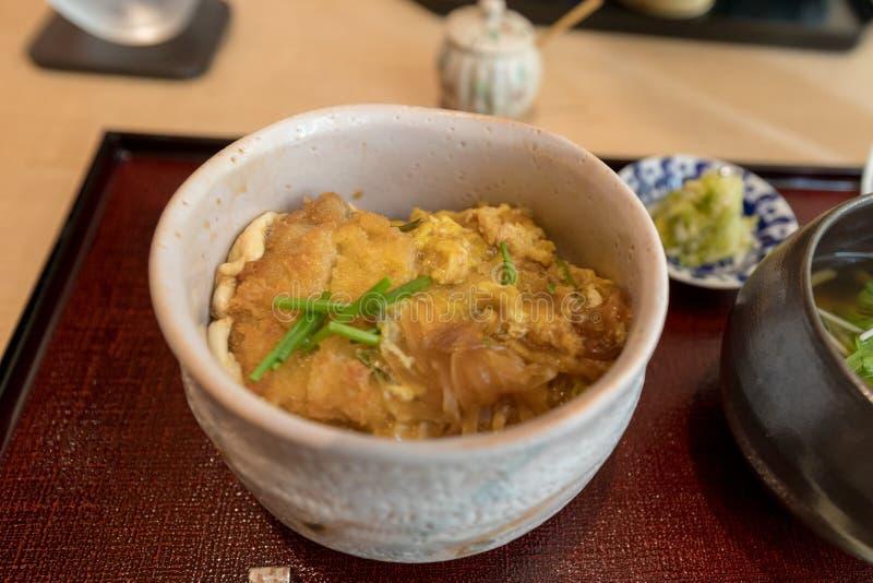 Cuenco de arroz frito del cerdo (Katsudon), comida japonesa fotografía de archivo libre de regalías