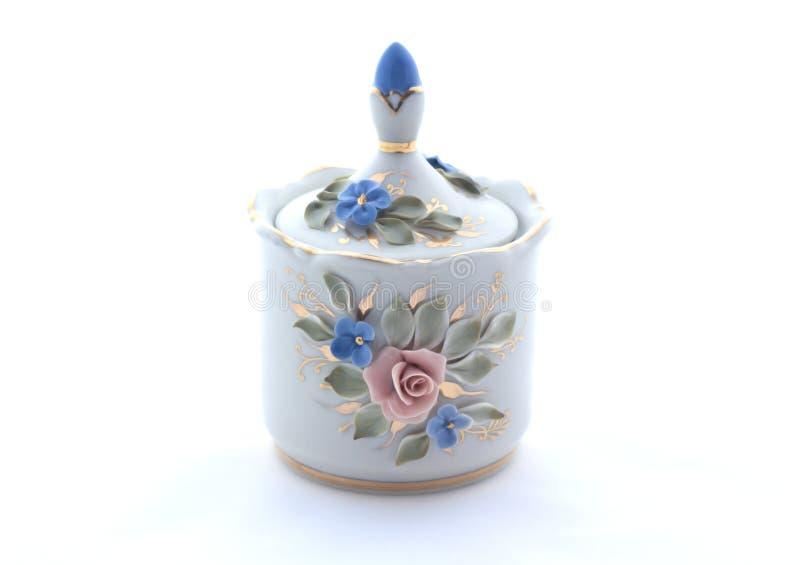 Cuenco de azúcar de la porcelana en un fondo blanco imágenes de archivo libres de regalías