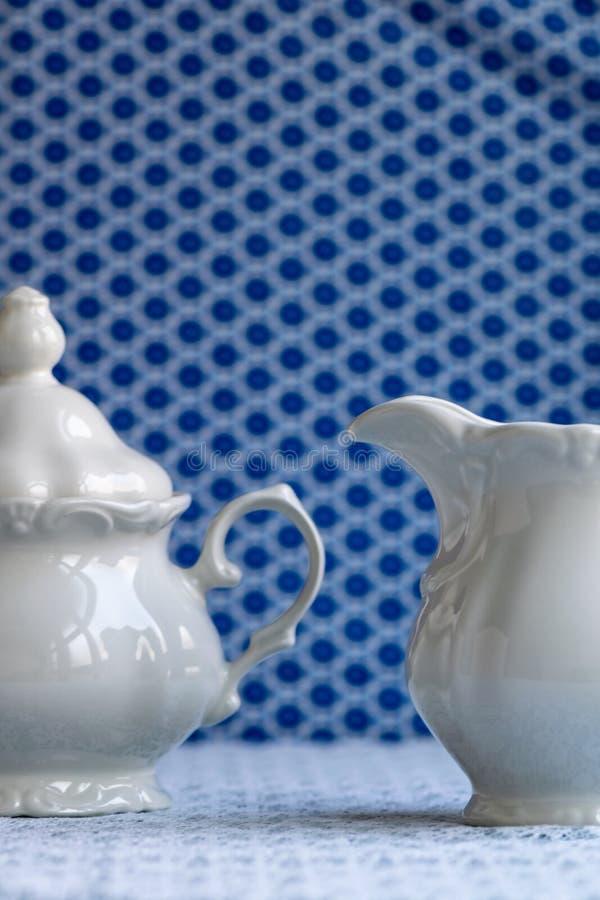 Cuenco de az?car blanco y jarro de leche imagen de archivo libre de regalías