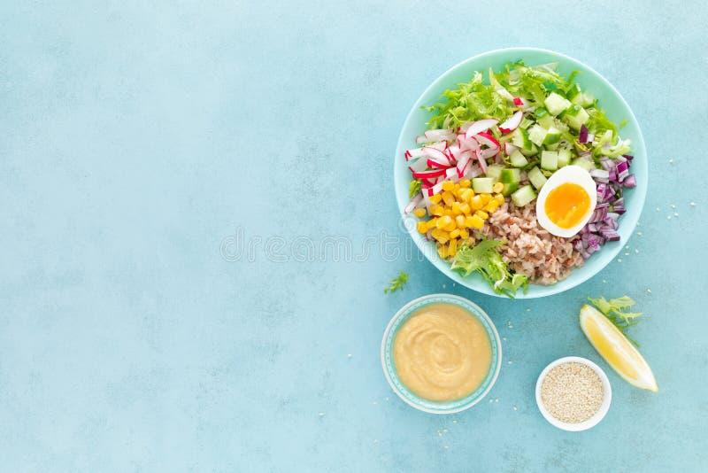 Cuenco de Buda con el huevo hervido, el arroz y la ensalada vegetal de las semillas frescas de la lechuga, del rábano, del pepin fotos de archivo