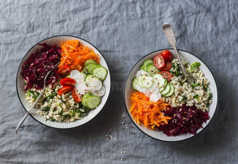 Cuenco de Buda del vegetariano de la caída Bulgur, espinaca, remolachas, zanahorias, pepinos, tomates, daikon - almuerzo sano equ imagen de archivo