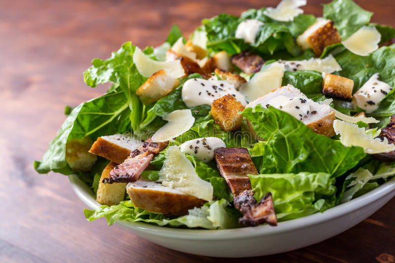 Cuenco de Caesar Salad tradicional fotos de archivo