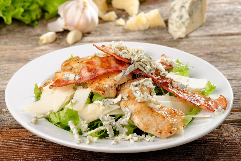 Cuenco de Caesar Salad tradicional con el pollo imagenes de archivo
