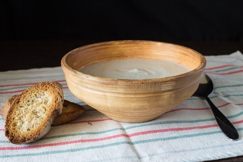 Cuenco de cerámica con puré de la sopa de champiñones con pan imagenes de archivo
