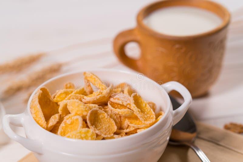 Cuenco de cereal y de leche comerciales de desayuno imágenes de archivo libres de regalías