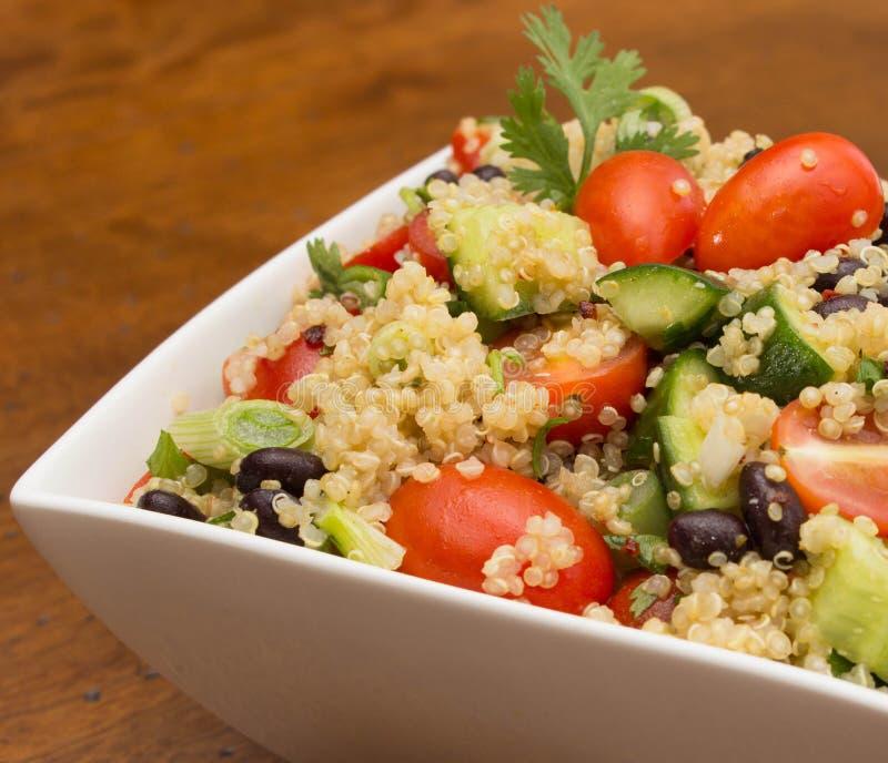 Primer de la ensalada sana de la quinoa con las verduras frescas imagen de archivo libre de regalías