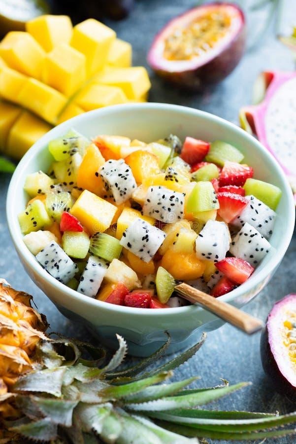 Cuenco de ensalada de fruta con las frutas tropicales imágenes de archivo libres de regalías