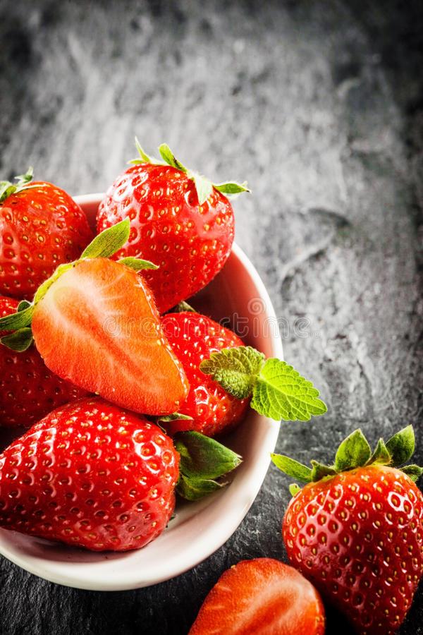 Cuenco de fresas rojas maduras foto de archivo