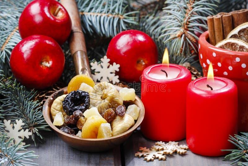 Cuenco de frutas secadas en la tabla de madera fotografía de archivo