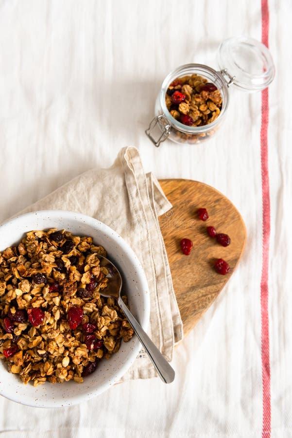 Cuenco de granola hecho en casa con las nueces y las frutas en el fondo de lino blanco Visi?n superior, espacio de la copia imagenes de archivo