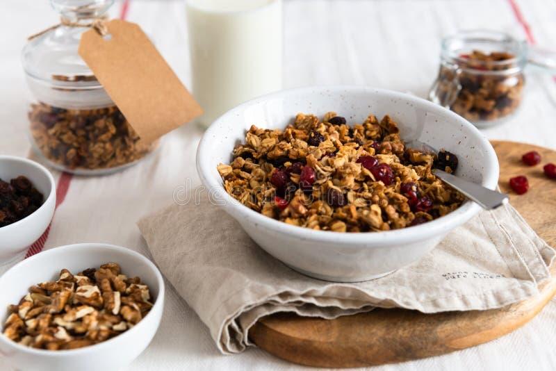 Cuenco de granola hecho en casa con las nueces y las frutas en el fondo de lino blanco Vista lateral fotografía de archivo