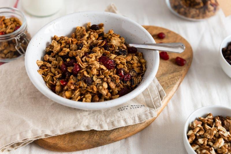 Cuenco de granola hecho en casa con las nueces y las frutas en el fondo de lino blanco Vista lateral fotografía de archivo libre de regalías